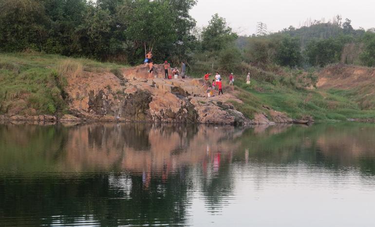 Khám phá suối nước nóng Triêm Đức ngay vực Lò trên sông Kỳ Lộ